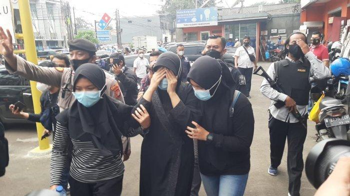 BREAKING NEWS Polisi Bersenjata Lengkap Amankan 2 Orang Terduga Teroris di Kramat Jati
