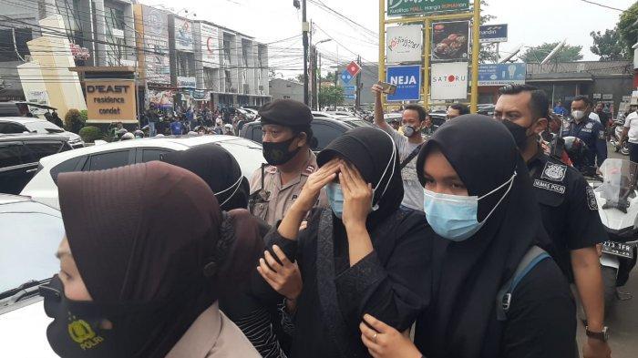 Terduga teroris (tengah) diamakan pihak kepolisian di Jalan Raya Condet, Kramat Jati, Jakarta Timur, Senin (29/3/2021)
