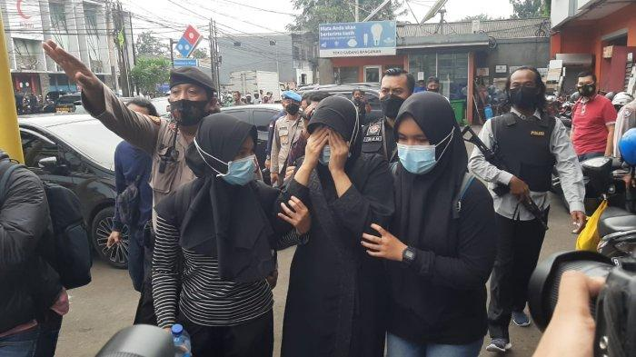 Teruduga teroris (tengah) diamakan pihak kepolisian di Jalan Raya Condet, Kramat Jati, Jakarta Timur, Senin (29/3/2021)