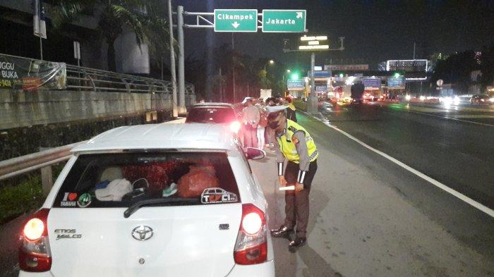 Operasi Ketupat Jaya penyekatan pemudik di GT Bekasi Barat Jalan Tol Jakarta-Cikampek, Kamis (6/5/2021).