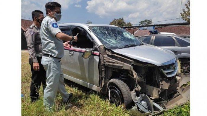 Mobil minibus yang terlibat kecelakaan di Kabupaten Garut, Selasa (31/8/2021).