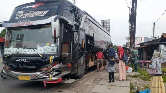 Suasana geliat mudik di Terminal Bayangan Cimanggis, Ciputat, Tangsel, Senin (3/5/2021).