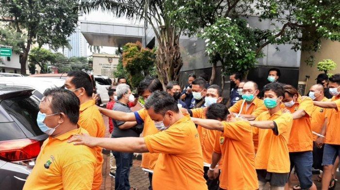 Para tersangka kasus pungli dan premanisme di kawasan Pelabuhan Tanjung Priok saat dihadirkan dalam konferensi pers di Mapolda Metro Jaya, Jakarta Selatan, Kamis (17/6/2021).