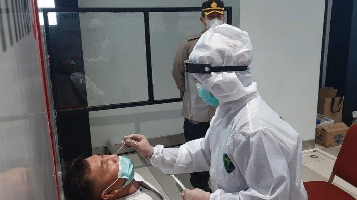 Penumpang di Terminal 3 Kedatangan Domestik Bandara Soekarno-Hatta yang dilakukan swab antigen secara acak saat kembali dari mudik, Senin (17/5/2021).