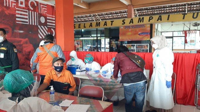 Rapid tes antigen di Terminal Kampung Rambutan, Ciracas, Jakarta Timur, Jumat (5/2/2021).