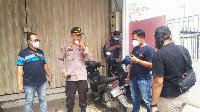 Kepolisian saat melakukan olah TKP kasus perampokan minimarket di Tegal Danas, Cikarang Pusat, Bekasi, Jumat (29/1/2021).