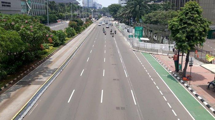 Suasana lengang di Jalan MH Thamrin, Jakarta Pusat, pada Kamis (29/10/2020) siang.