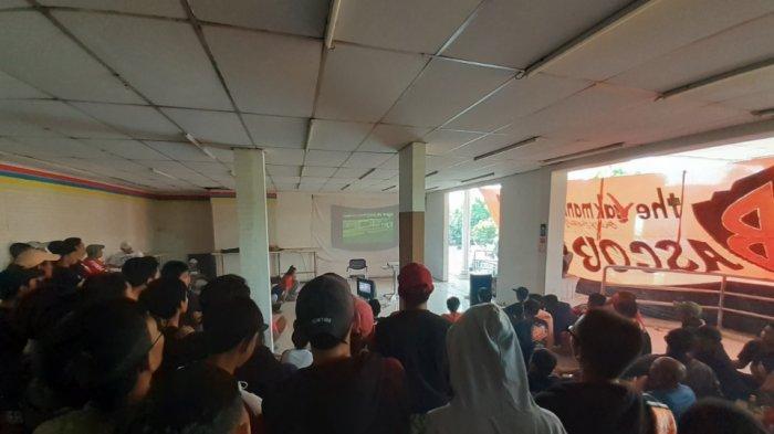 Puluhan The Jakmania Gelar Nobar Final Piala Indonesia di Indomaret Kemang