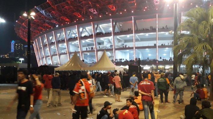 Meski Tak Dapat Tiket, The Jakmania Tetap Bertahan di Sekitar Stadion Demi Meriahkan Ultah Persija