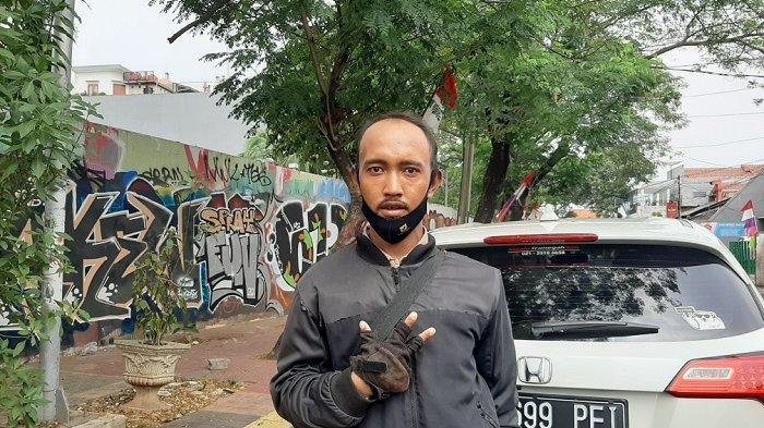 Mengenal Sosok Theo, Juru Parkir di Tebet yang Viral: Didiagnosis Radang Otak Hingga Dijuluki Artis