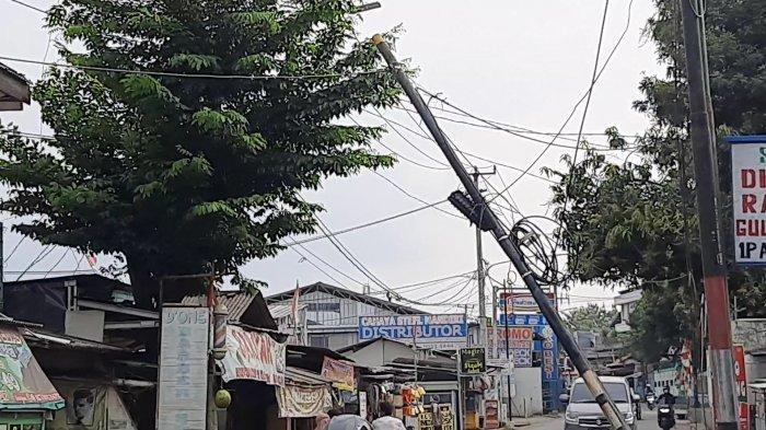 Tiang Kabel Utilitas Internet Nyaris Rebah Tutup Jalan Mustikasari Bekasi
