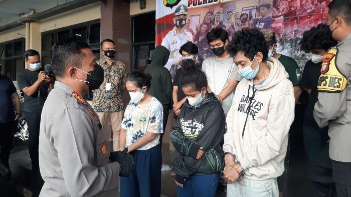 Tiga anggota geng motor 420 Garage yang ditetapkan sebagai tersangka seusai mengeroyok polisi di Jalan TB Simatupang, Cilandak, saat dihadirkan di Polres Metro Jakarta Selatan, Jumat (9/7/2021).