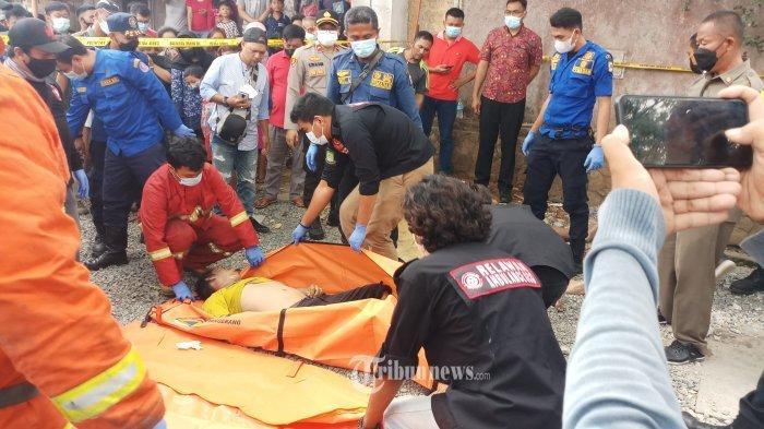 Sebanyak tiga orang ditemukan tewas mengenaskan akibat keracunan gas dalam gorong-gorong kabel optik di jalan perumahan Taman Royal, Cipondoh, Kota Tangerang, Kamis (7/10/2021). Dua korban merupalan pekerja yang sedang melakukan perbaikan kabel dan seorang lagi merupakan warga.