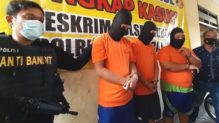 Tiga tersangka saat diperlihatkan polisi di Mapolsek Gubeng Surabaya, Jumat (18/6/2021).