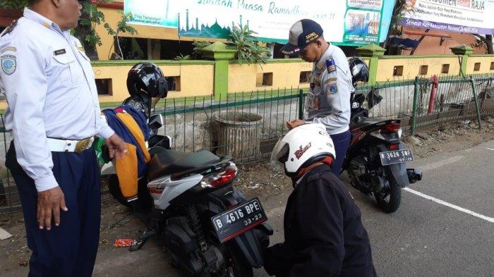 Cegah Parkir Liar, Kecamatan Kebayoran Lama Buat Perjanjian dengan Petugas Parkir