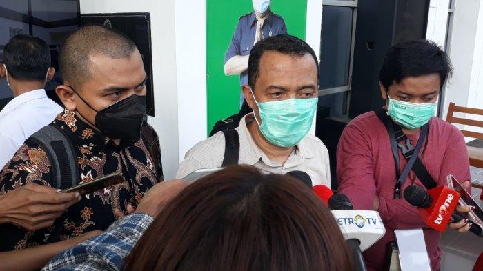 Anggota tim kuasa hukum Rizieq, Sugito Atmo Prawiro saat memberi keterangan terkait kasus dugaan tindak pidana karantina kesehatan di Pengadilan Negeri Jakarta Timur, Rabu (21/4/2021).
