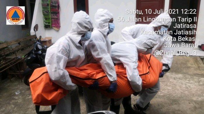 tim penjemput jenazah Covid-19 BPBD Kota Bekasi saat melayani pasien meninggal isoman di rumah.