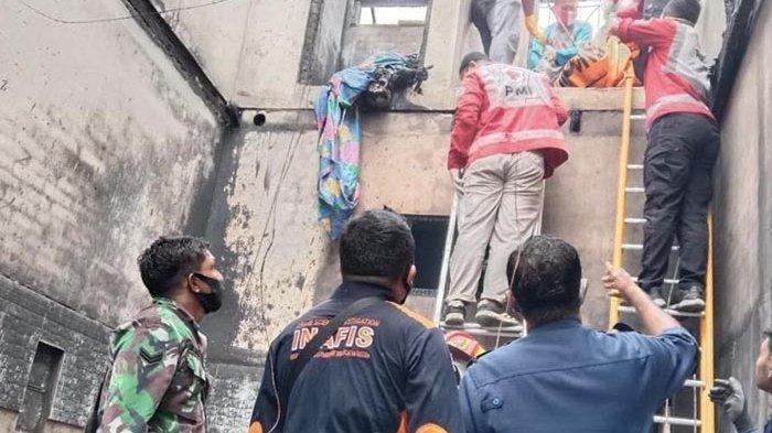 Tim penyelamat mengevakuasi korban yang terjebak kobaran api di lantai II rumah milik Keuchik Kayee Jato, Kecamatan Bandaraya, Banda Aceh, Sabtu (10/10/2020) subuh.