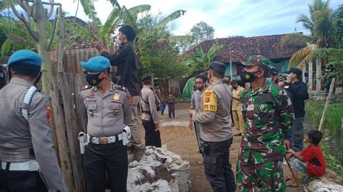 PENGGELEDAHAN: Tim Polres Bima Kota saat menggeledah rumah salah satu terduga teroris di Kota Bima, Senin (29/3/2021).