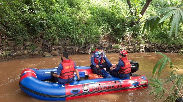 Tim SAR mencari bocah yang tenggelam di Kali Krukut di Jalan Haji Naim III B, Gang Koba, RT 10/RW 06, Cipete Utara, Kebayoran Baru, Jakarta Selatan, Senin (8/2/2021).