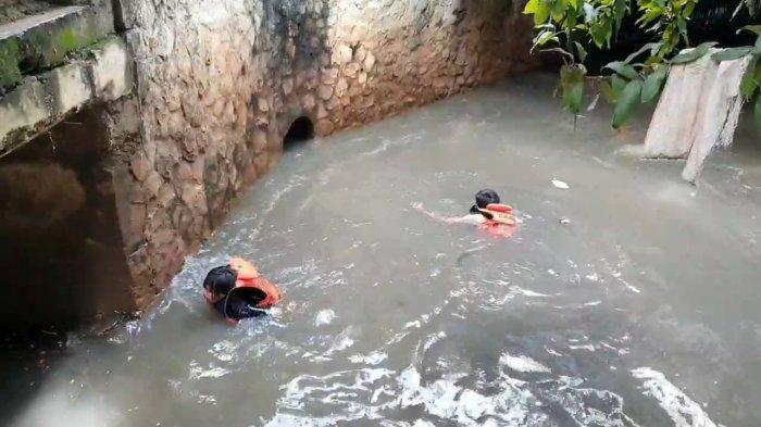Tim SAR Gabungan melakukan pencarian terhadap Rizki Febriansyah, bocah lima tahun yang hilang terseret arus di saluran air di Jalan Pondok Karya, Mampang Prapatan, Jakarta Selatan, Senin (2/11/2020).