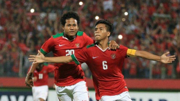 Kapten timnas U-16 Indonesia, David Maulana (kanan), merayakan gol ke gawang Filipina dalam laga Grup A Piala AFF U-16 2018 di Stadion Gelora Delta, Sidoarjo, Minggu (29/7/20180. Sampai peluit akhir Indonesia menang telak 8-0 atas Filipina.