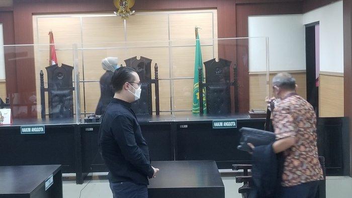 Terdakwa penipuan investasi di Tangerang Selatan senilai Rp 20 miliar, Timothy (baju hitam) dihadirkan dalam sidang pledoi di Pengadilan Negeri Tangerang, Jumat (11/6/2021).