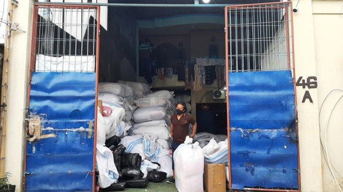 Rahmat dan Ranny, distributor bantal di Jalan SD Impres RT 3 RW 6 No 46 A, Cakung, Jakarta Timur, Jumat (12/2/2021).