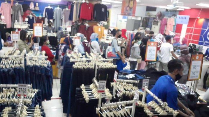 Toko Ria Busana di area Pasar Ciputat, Tangerang Selatan, Minggu (17/5/2020).