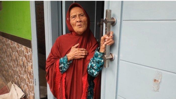 Tori (90) ibu korban, di kediamannya bersama almarhum di Jalan Nain Saba, RT 2 RW 5, Kelurahan Kunciran, Kecamatan Pinang, Senin (20/9/2021).
