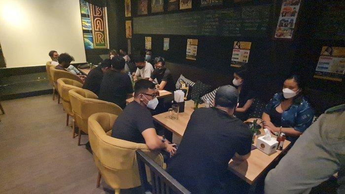 Suasana Tori Bar yang ramai pengunjung saat didatangi aparat gabungan pada Sabtu (19/6/2021) malam.