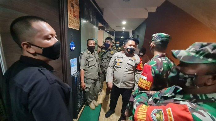 Bar di Cilandak Kena Razia Prokes: Pintu Sempat Dikunci Lama, Puluhan Pengunjung Seketika Membisu
