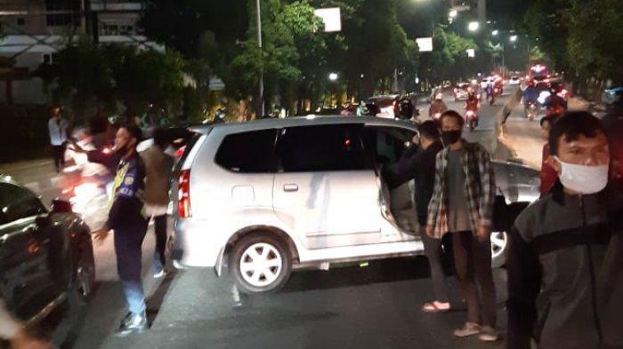 Mobil Tabrak Separator Busway di Dekat Kampus Ukrida, Polisi: Sopir Mengantuk Lalu Oleng
