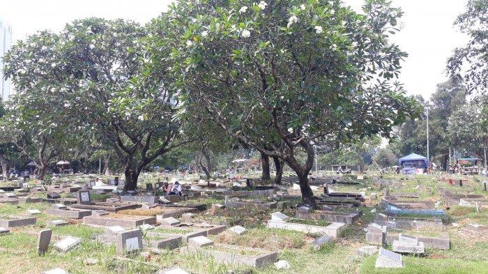 Suasana pemakaman TPU Menteng Pulo jelang bulan Ramadan pada Minggu (11/4/2021).