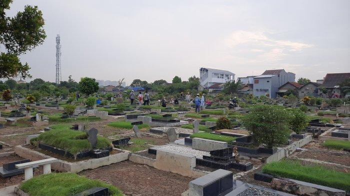 Suasana TPU Perwira Bekasi Utara, Kota Bekasi ramai dikunjungi peziarah jelang memasuki bulan suci Ramadan 1442 Hijriyah, Minggu (11/4/2021).