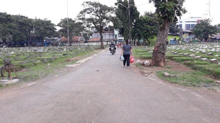 Kondisi di TPU Prumpung saat pemberlakuan larangan ziarah Idul Fitri 1442 Hijriah di Jatinegara, Jakarta Timur, Rabu (12/5/2021).