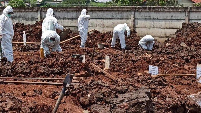 Suasana di TPU Rorotan, Cilincing, Jakarta Utara, yang sudah mulai dioperasikan khusus untuk jenazah Covid-19, Minggu (28/3/2021).