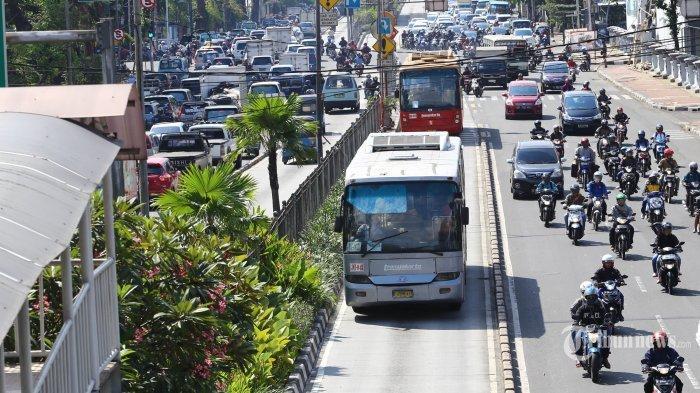 Bus TransJakarta koridor V PGC-Ancol melintas di Jalan Gunung Sahari, Jakarta Pusat, Rabu (6/5/2015).