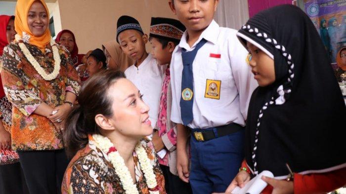 Gelorakan PKK, Sosok Cantik Istri Bupati Tangerang Blusukan ke Desa di Jambe