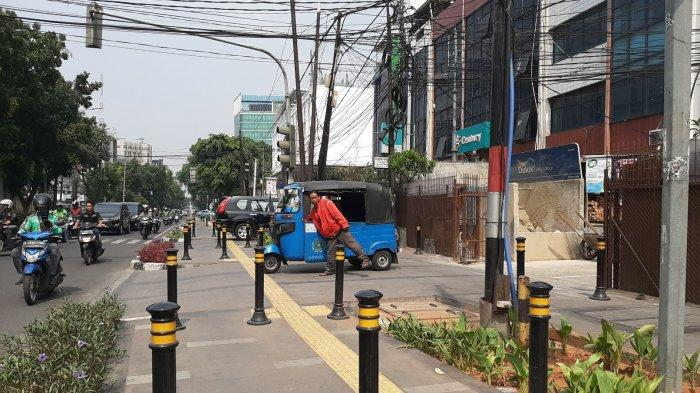 Trotoar di Sepanjang Jalan KH Wahid Hasyim Jadi Lapak Parkir Kendaraan, Pejalan Kaki Terganggu