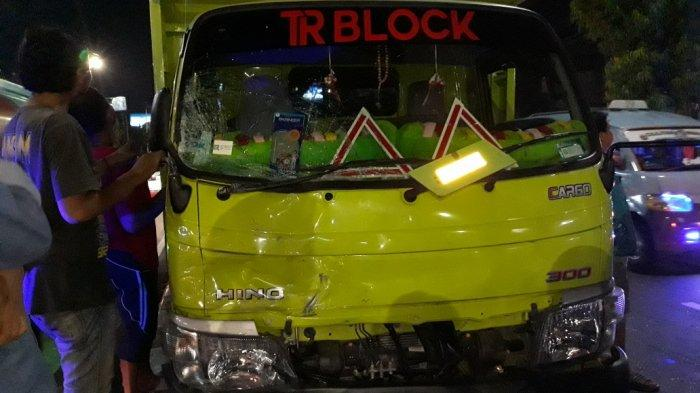 Truk bermuatan hebel yang menabrak 10 mobil di Jalan Dewi Sartika, Kramat Jati, Jakarta Timur, Senin (19/10/2020).