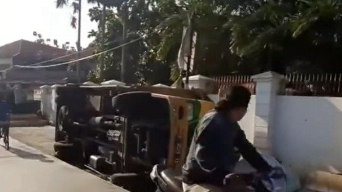 Hindari Sepeda Motor, Truk Terguling di Area Perbaikan Jalan Setiabudi Pamulang yang Mangkrak