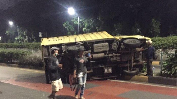 Kecelakaan di Jalan Mayjen Sutoyo, Minibus dan Truk Terguling