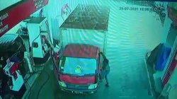Tampak seorang pelaku berupaya membuka pintu bagian kiri truk saat si sopir sedang mengisi bensin pada Rabu (28/7/2021).