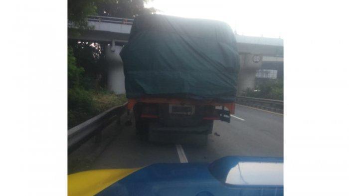 Petugas Atur Lalu Lintas Tol Dalam Kota Imbas Truk Gangguan Ban dan Baut Roda di Cawang
