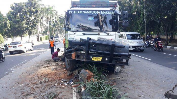Sopir Truk Tabrak Pohon Palem di Pondok Indah Gegara Ngantuk, 1 Orang Dilarikan ke RS