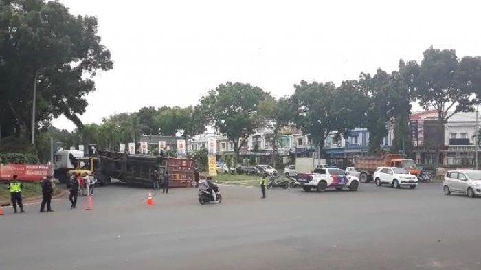 Truk Terguling Belum Berhasil Dievakuasi, Jalan Boulevard BSD Serpong Ditutup Sementara
