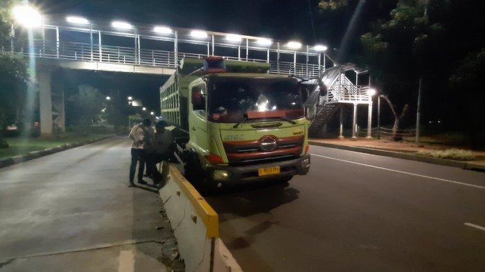 Ban Depan Pecah, Truk Bermuatan Pasir Hampir Terguling di Jalan Medan Merdeka Barat