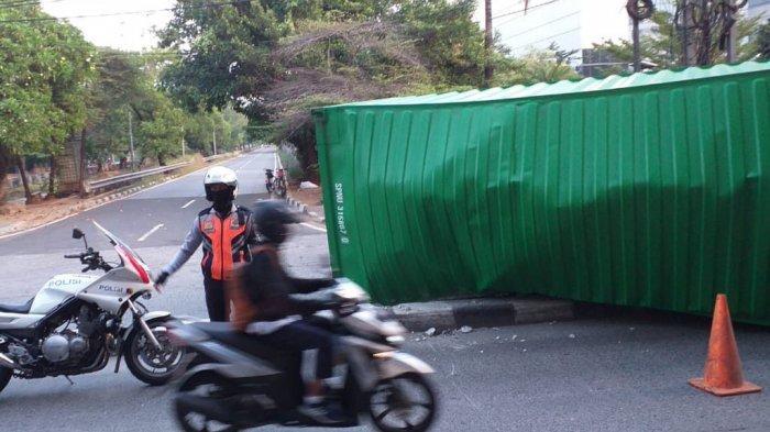 Truk Trailer Terguling di Jalan Yos Sudarso Jakarta Utara, Pengemudi Luka-luka