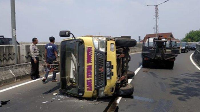 BREAKING NEWS Truk Terguling di Jembatan Layang Antasari, Ada Cairan Tumpah